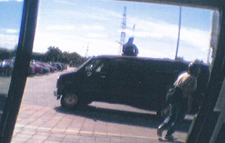 Bild på skåpbil och beväpnade skurkar