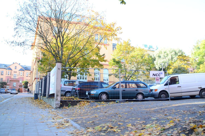 parkeringsplats bredvid skola