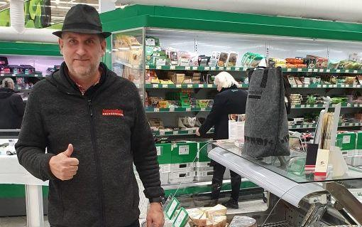 En man som står vid en ostdisk