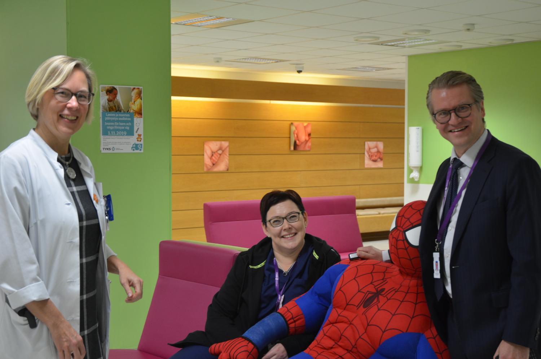 vårdpersonal och en spidermanfigur