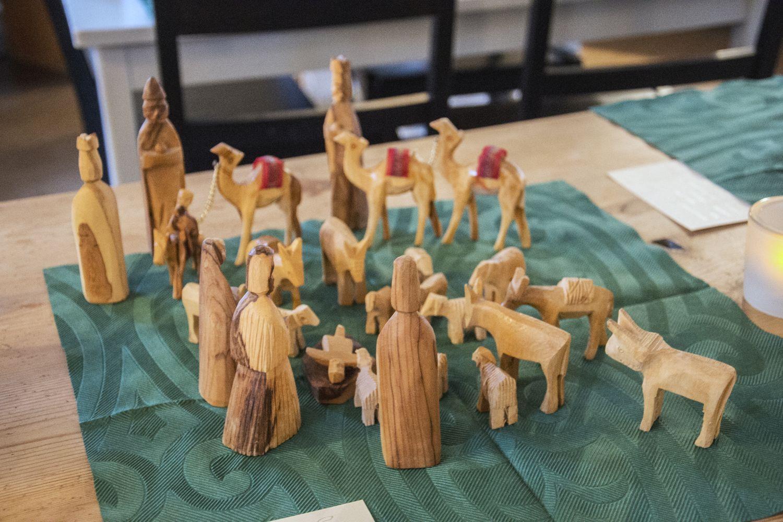 Träfigurer på en bordduk.