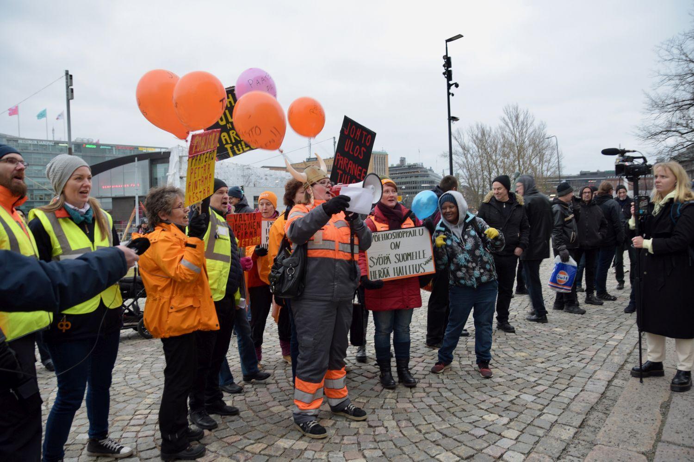 Människor med banderoller och ballonger.