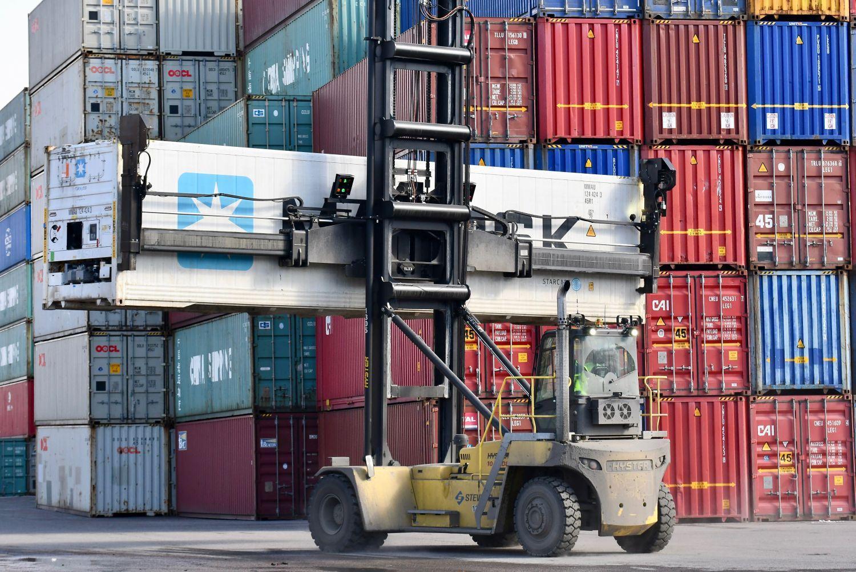 En truck och containrar.