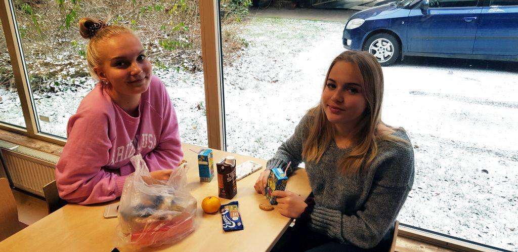 Matsäckar med. Wilma Hyvönen och Cecilia Mäki-Kultti tycker inte att det är roligt att tvingas använda sina egna fickpengar till mat. Båda fixar matsäckarna innan skoldagen inleds.