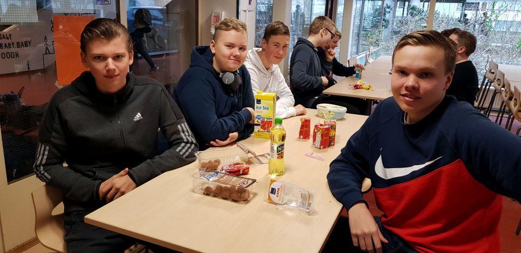 Kalla köttbullar på menyn. Från vänster Mats Borg, Anton Österlund och Valter Stjernberg och Niklas Lundström längst fram till höger.