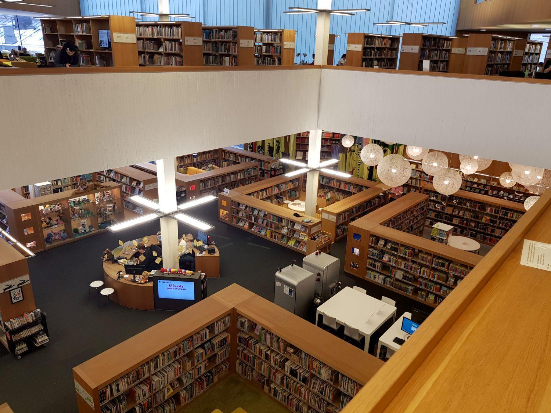 Sal med böcker och bokyllor fotad uppifrån.