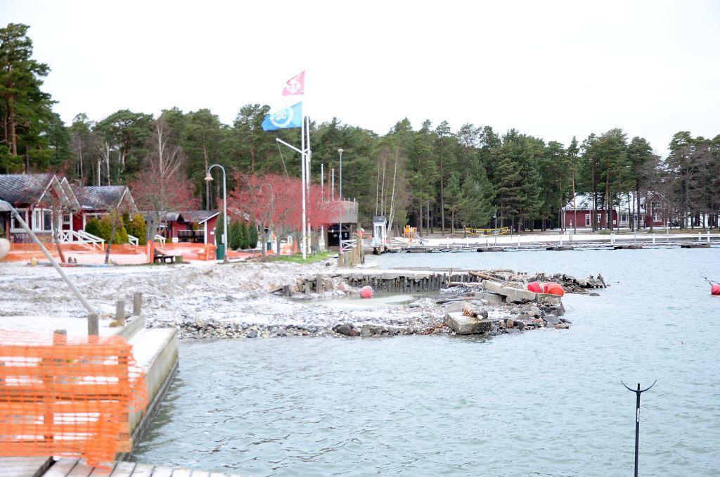 Gästhamnsbygge. Nu är kajer och bryggor rivna. I april 2020 ska gästhamnen kunna öppna igen. Foto: Anja Kuusisto