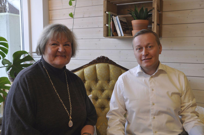 Två personer sitter i en soffa på ett café
