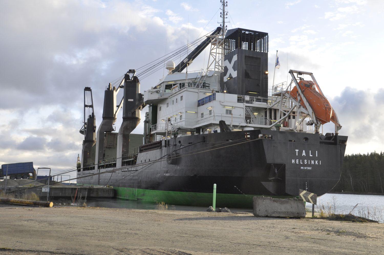 Stort fartyg fotat snett bakifrån
