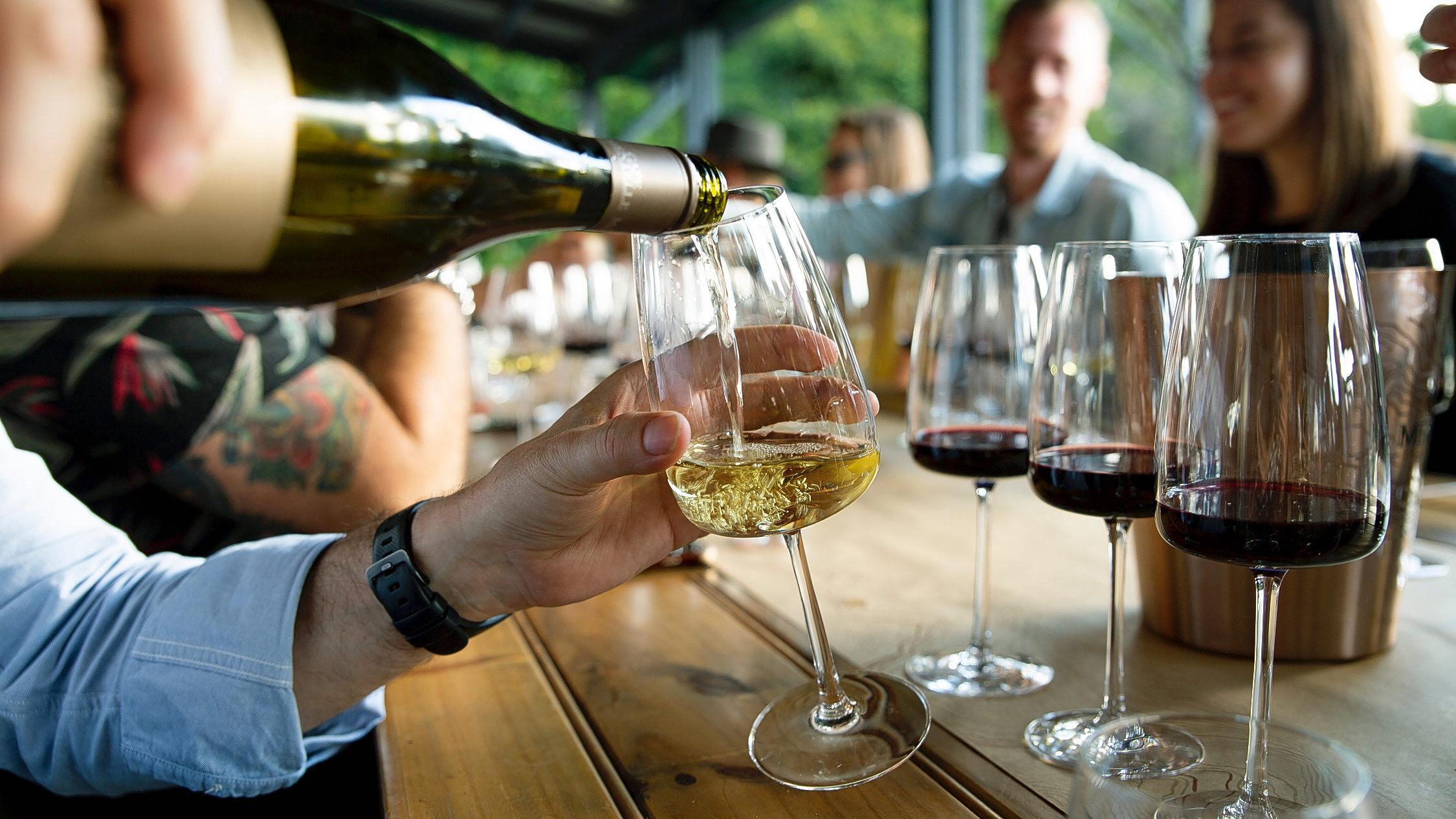 Någon som häller vin i ett glas.