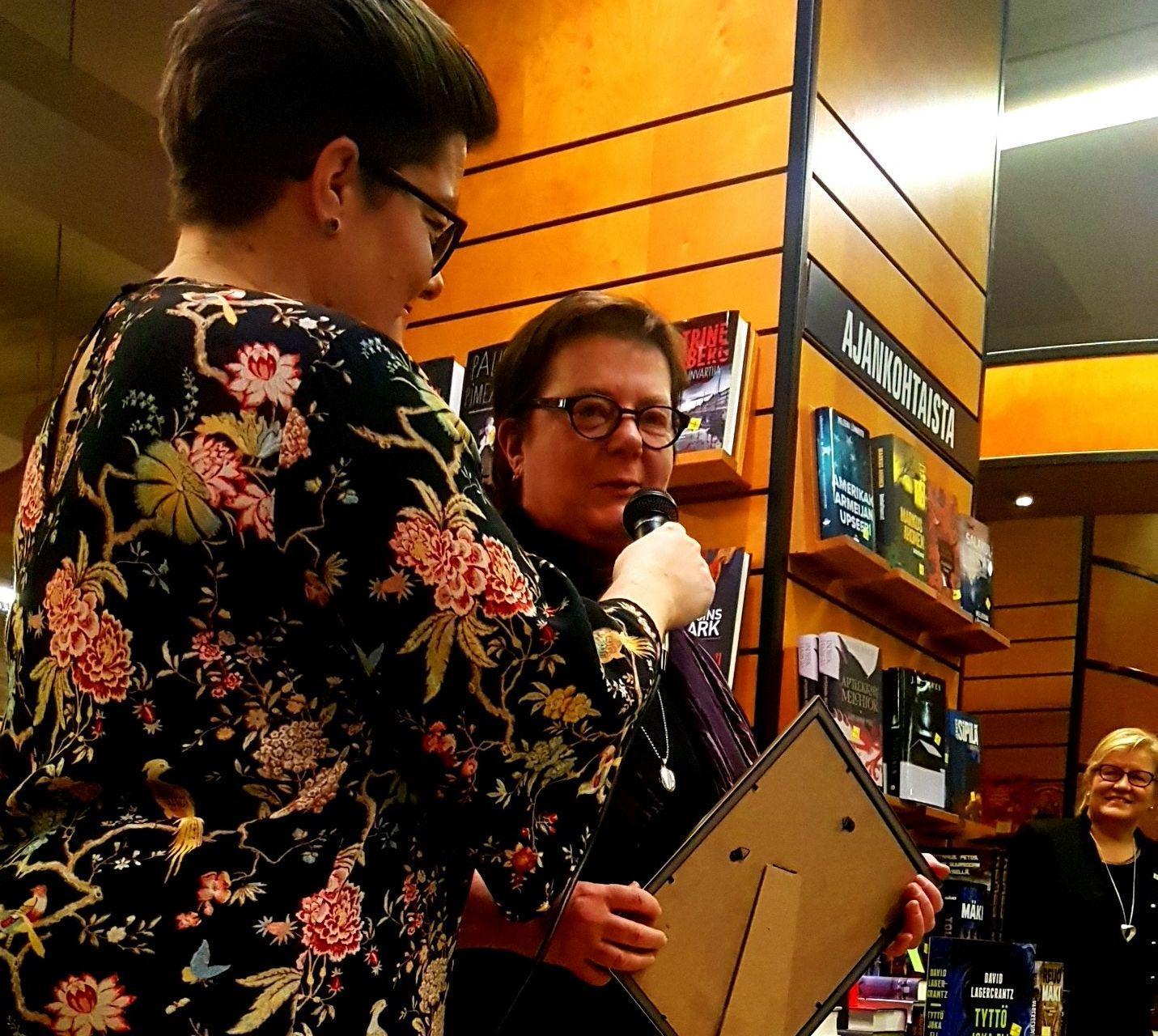 En kulturkritiker får pris av stadens kulturkoordinator.