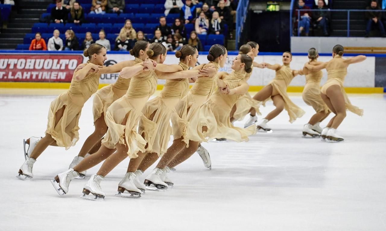 Konståkare framför ett program på isen