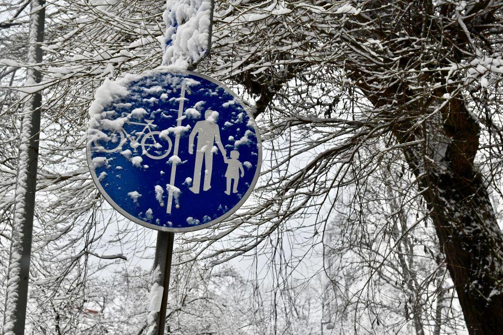 Ett trafikmärke täckt i snö.
