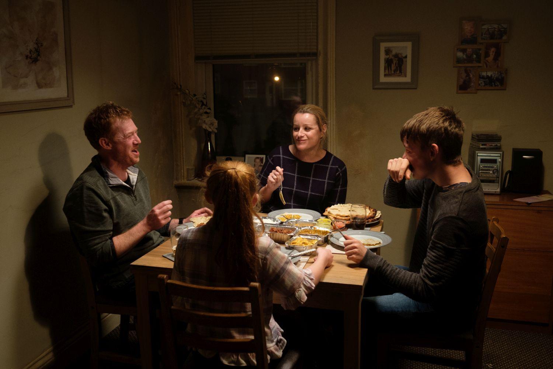 Fyra människor vid ett matbord