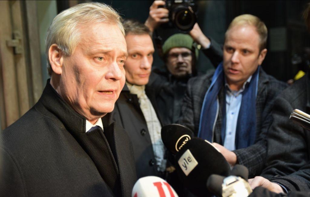 Antti Rinne blir intervjuad av journalister