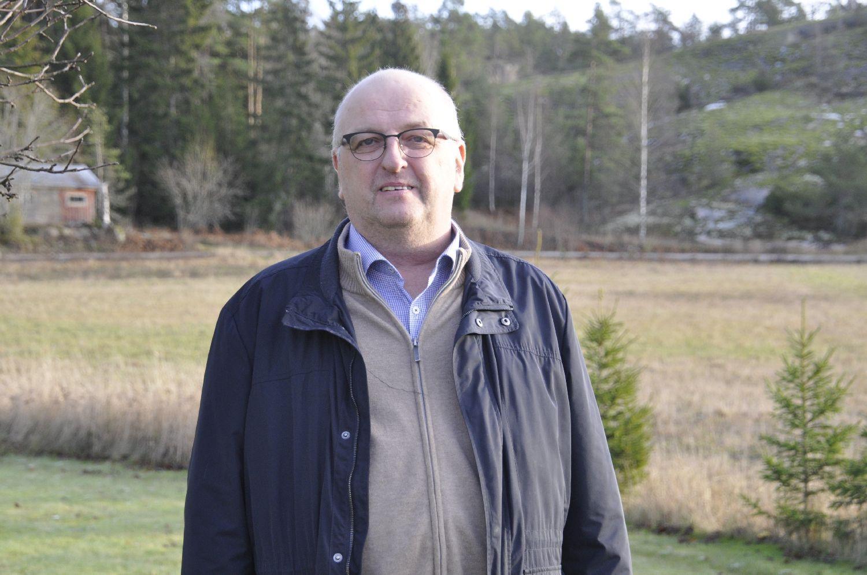 Porträttfoto av en man utomhus
