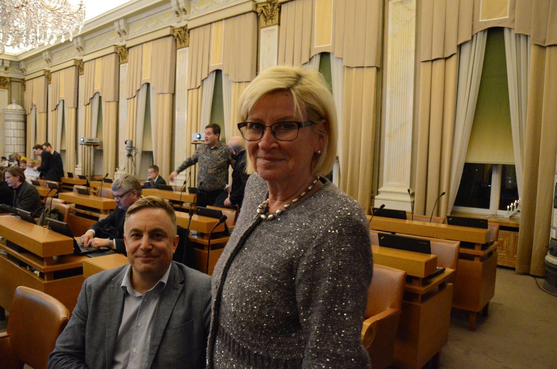 Kvinna och man i en sal.