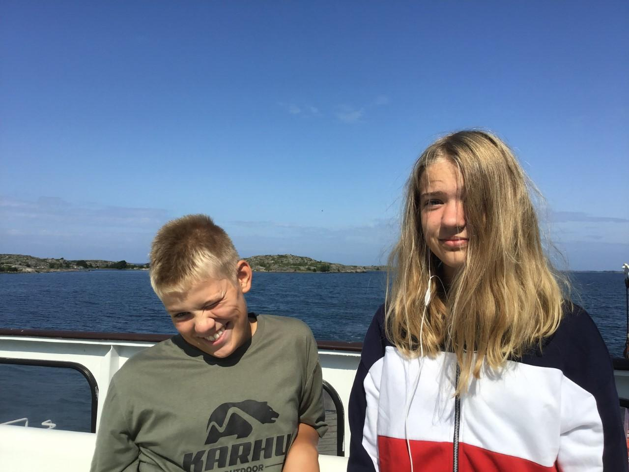 två tonåringar, med blå himmel i bakgrunden