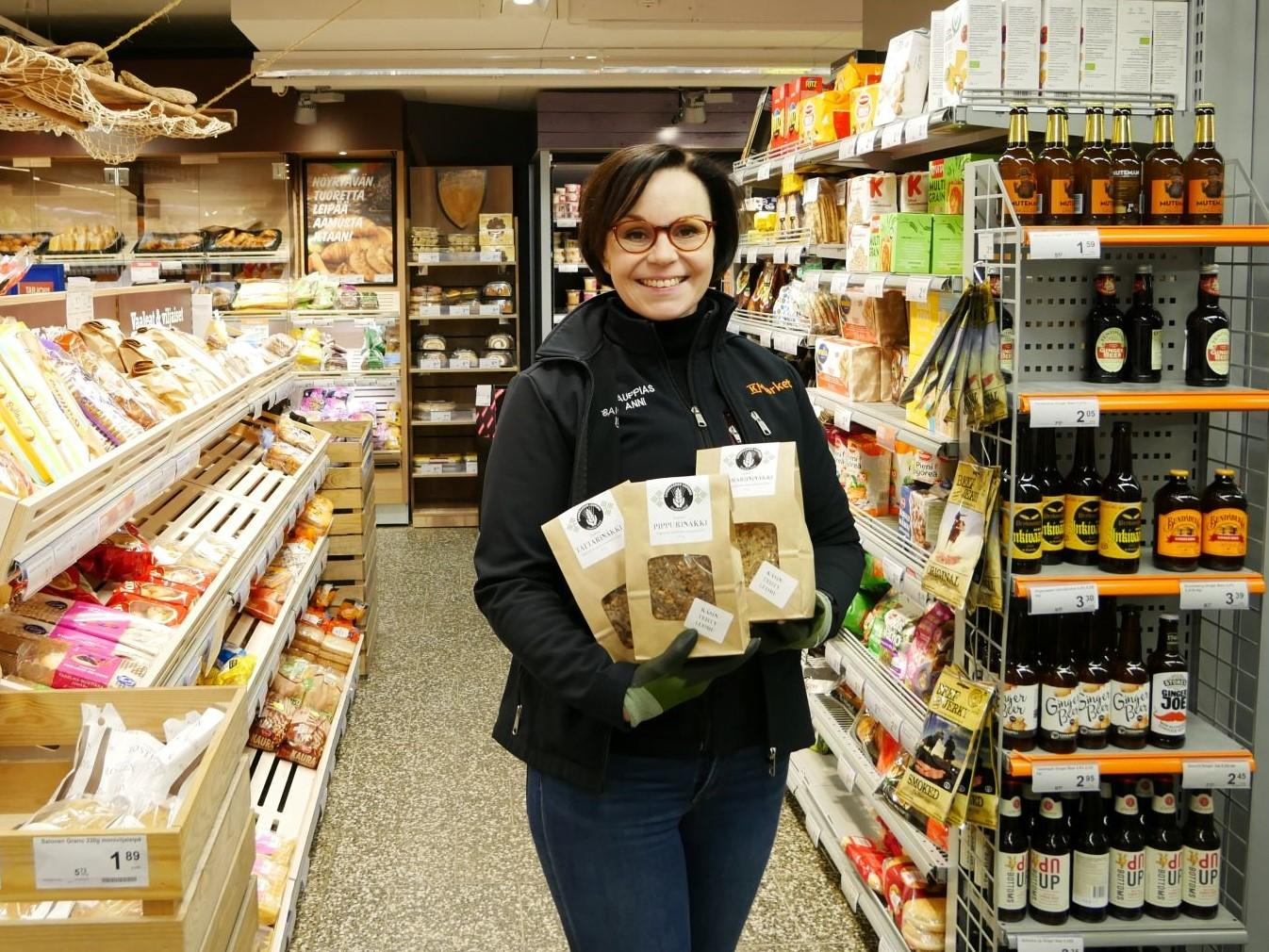 Person håller i produkt i matbutik