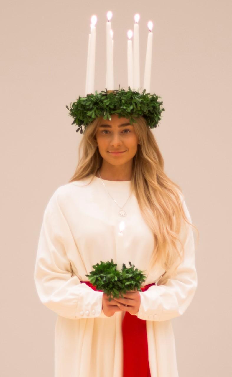 Sofia Kokkila som är utklädd till lucia