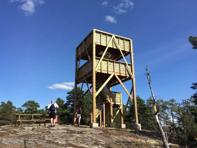 Utkikstorn i trä på ett högt berg