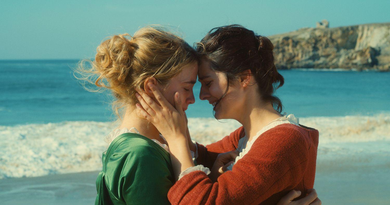 Två unga kvinnor vid havet.