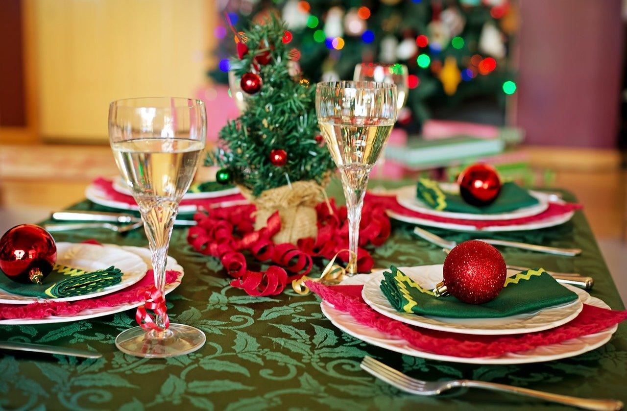 Ett bord dukat med jultema