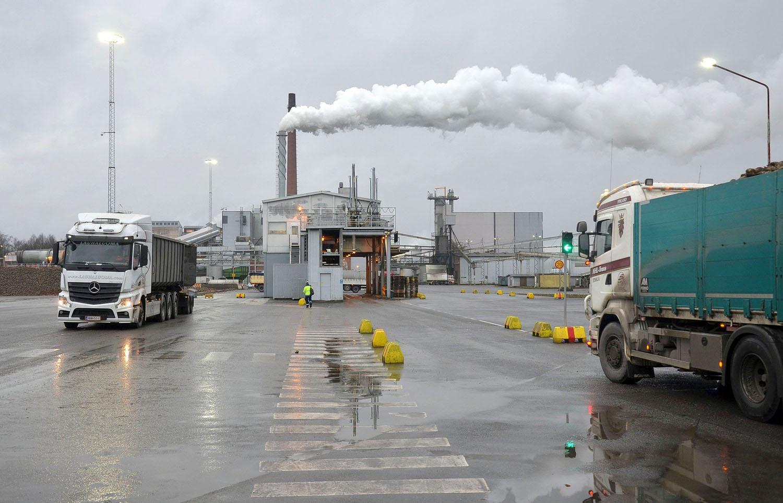 Långtradare möts på stor fabriksgård