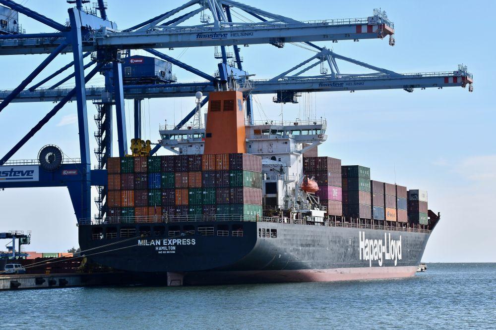 Stort fartyg i en hamn.