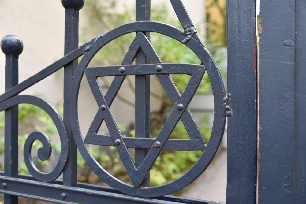 """Synagogaattack i Åbo – """"Fysiskt kan det anses vara samma som att någon klottrar en vägg blå, men psykiskt är det något helt annat """""""