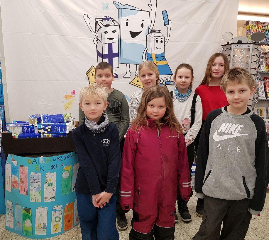 Barn står vid en självgjord infodisk i en mataffär