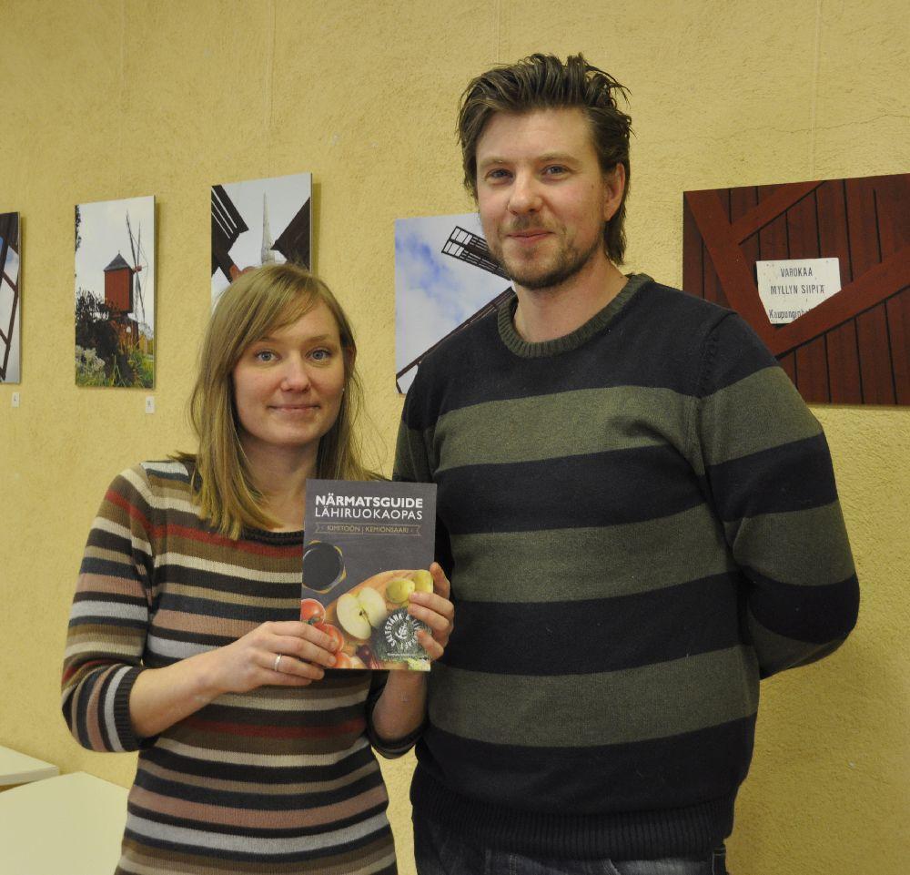 Två personer håller i en broschyr