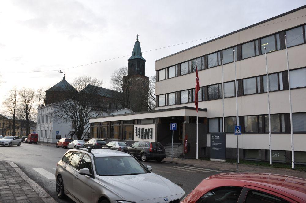 Kontorsbyggnad utifrån med Domkyrkan i bakgrunden.