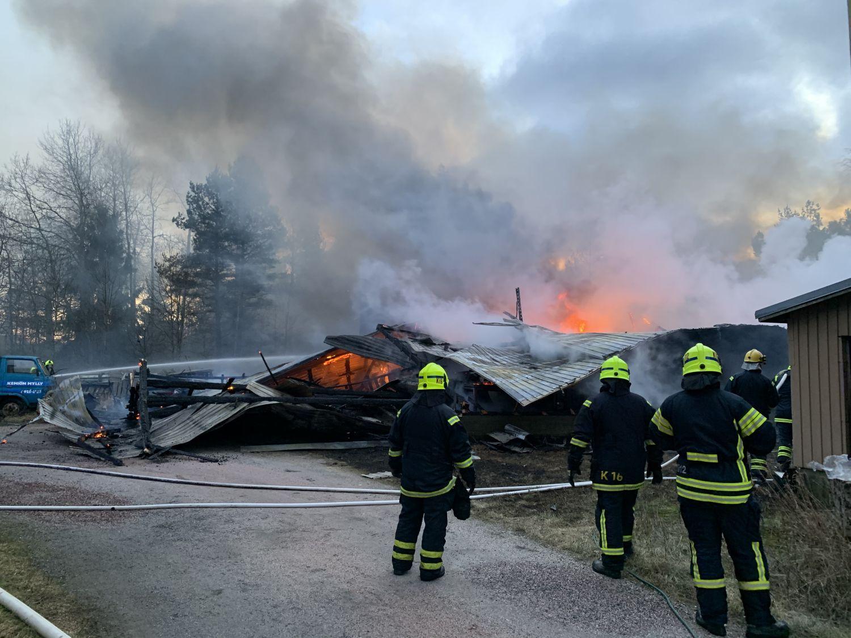 Brandmän vid en brandplats.