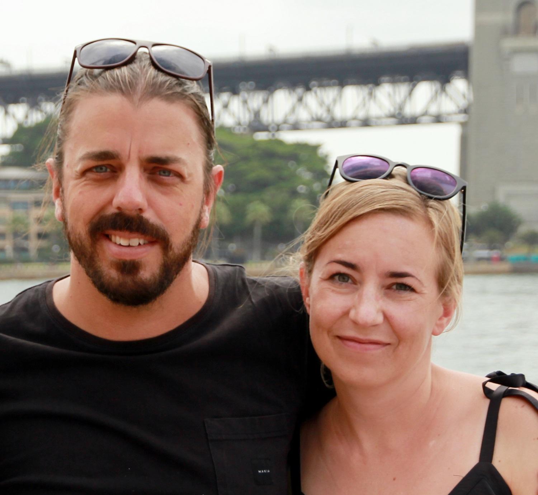 Man och kvinna framför bro i Australien