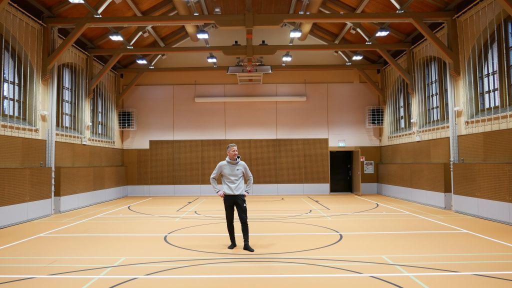 gymnastikläraren Jörgen Lindblom i en gymnastiksal