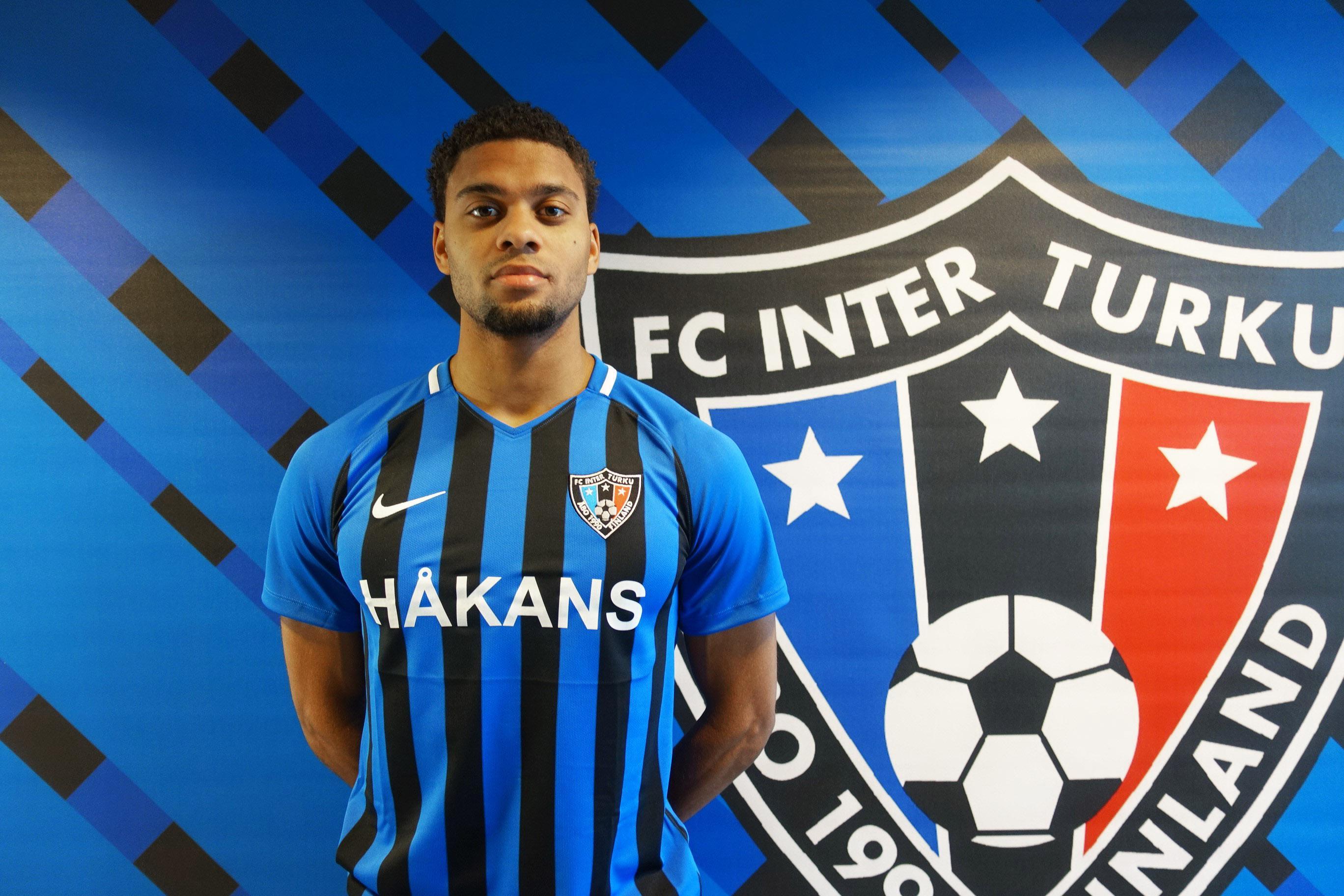 Fotbollsspelare framför Inters klubbmärke.