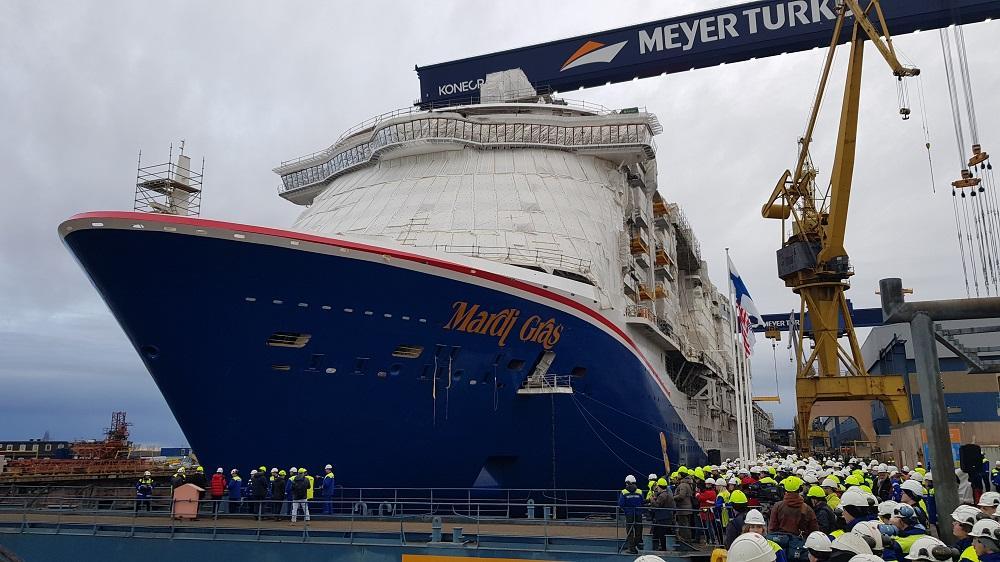 Många människor vid fartyg.