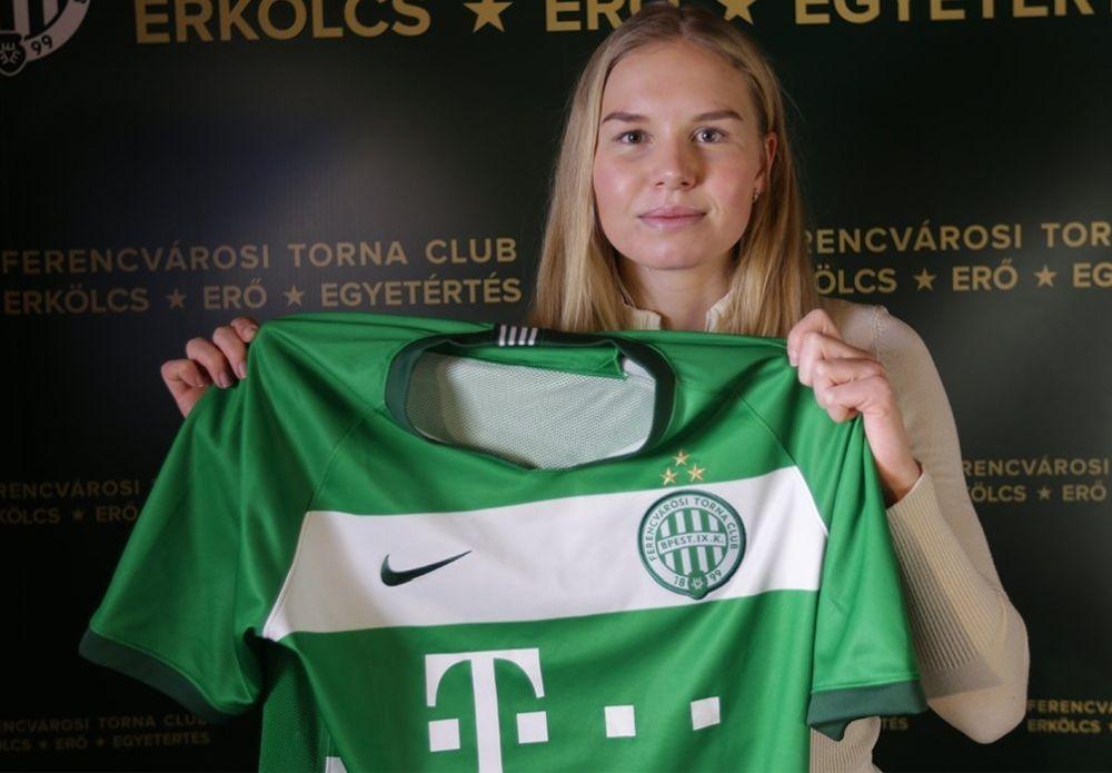Kvinna håller upp fotbollsskjorta