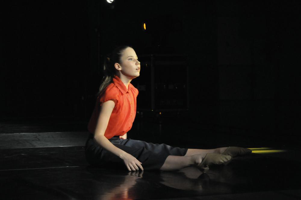 ung balettdansös med röd blus