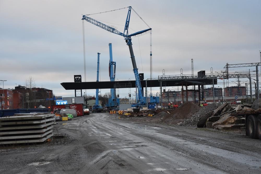 stor bro som byggs över järnvägen