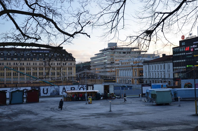 Åbo salutorg en januarieftermiddag med lite vitt på marken, byge pågår i bakgrunden