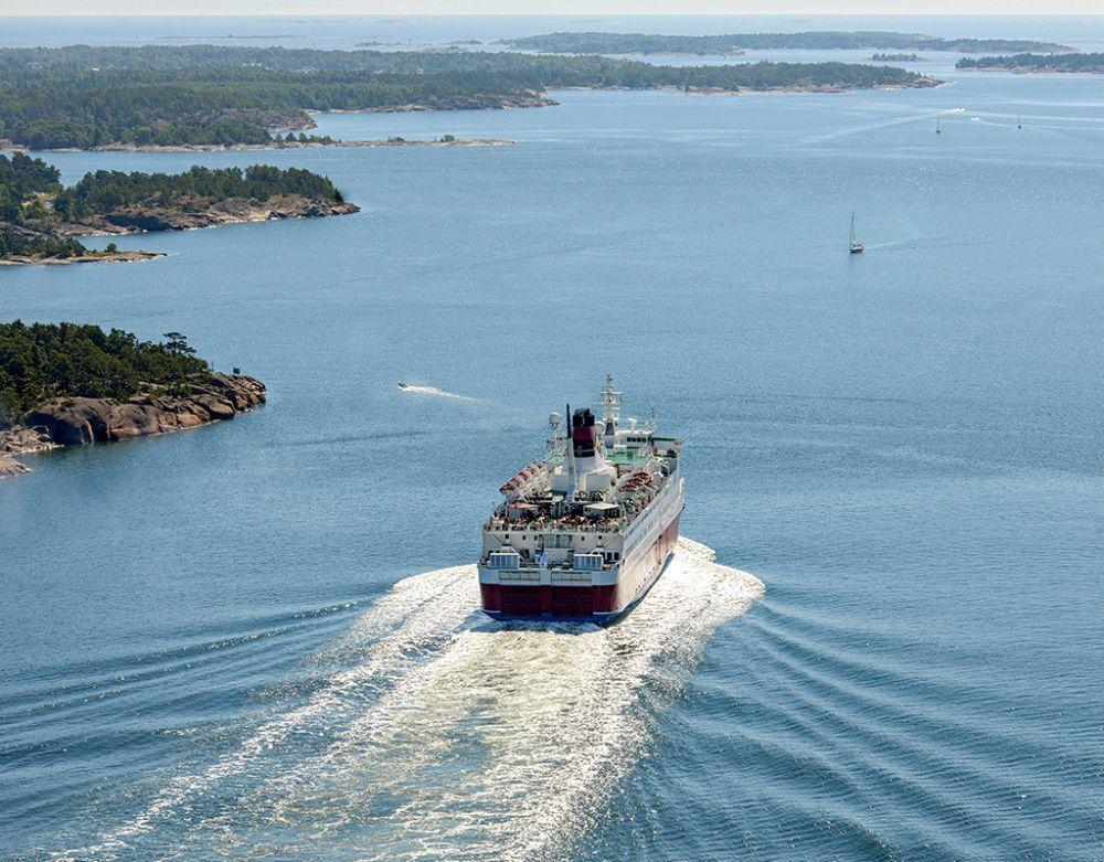 Viking Lines fartyg i skärgården.