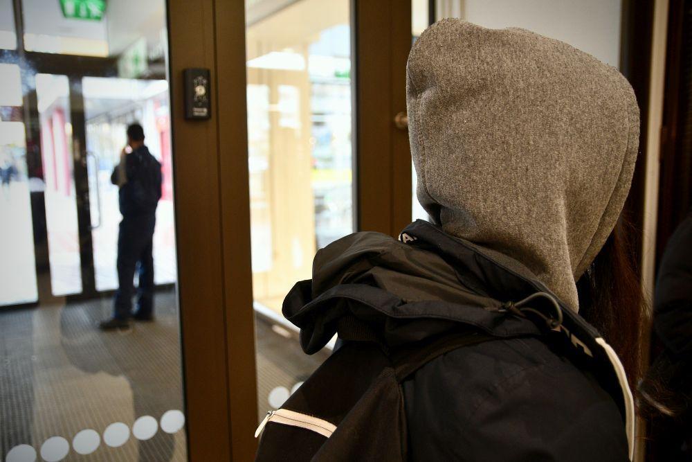 Ett barn med munkjacka och ryggsäck.