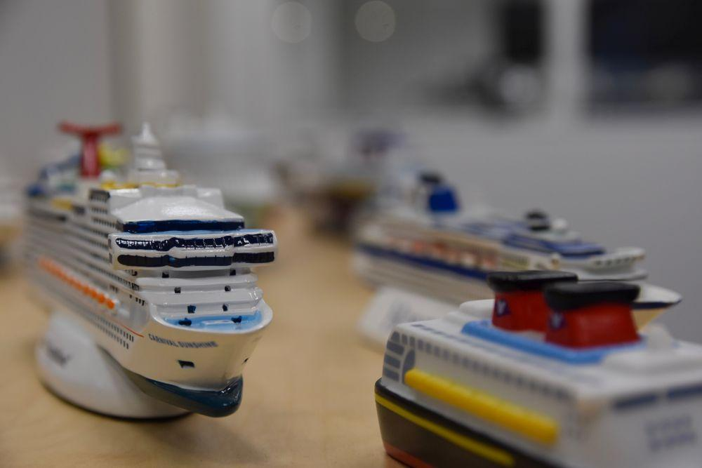 Leksaksfartyg på ett bord.