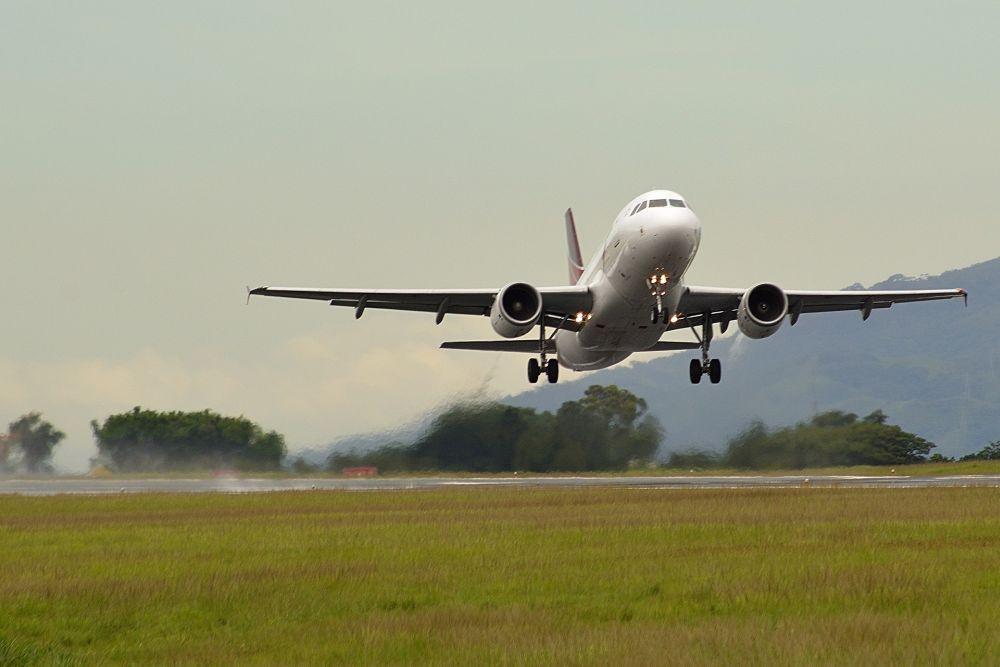 Flygplan som lyfter.