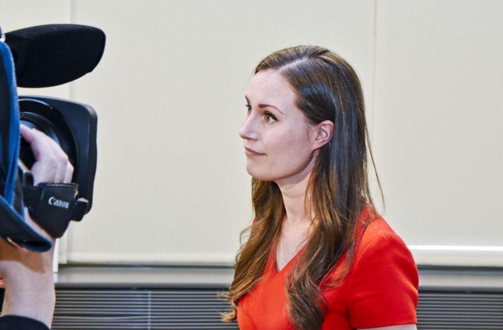 Kvinna med långt hår framför en tv-kamera.