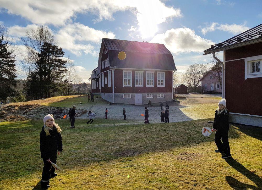 Barn leker på en gård.