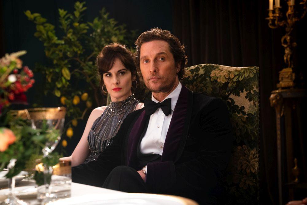 En man och en kvinna sitter vid ett bord.