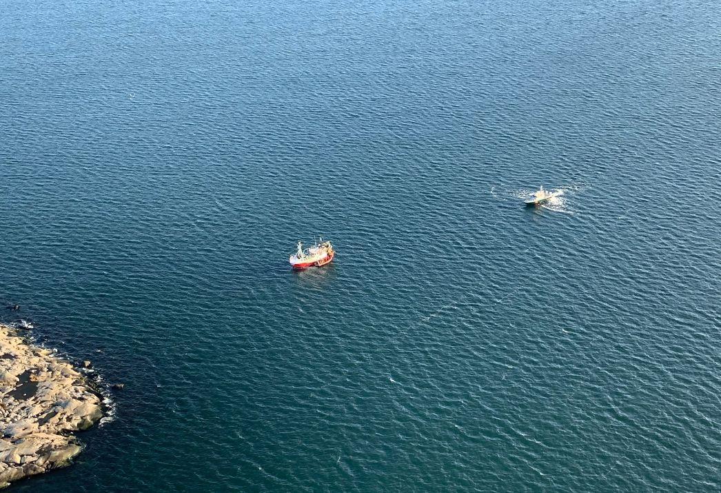 Två fartyg till sjöss.